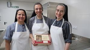 Les germanes clarisses Mercè, Teresa i Núria amb una capsa de galetes d'avellana