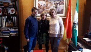 Sònia Magrané, regidora de l'Arboç, amb representants de l'Ajuntament de Guadix.