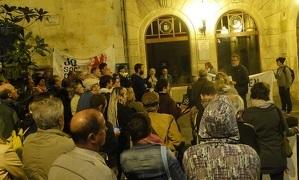Un centenar de persones han fet una xiulada davant l'Ajuntament del Vendrell.