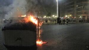 Un contenidor incendiat a la plaça Imperial Tarraco, després de la manifestació