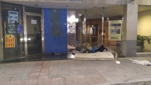 Un grup de manifestants ha abocat bosses de brossa i altres deixalles a les portes de la seu del PDECat a Reus.