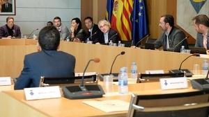 Un instant del plenari celebrat aquest divendres, 18 d'octubre, amb les cadires buides dels regidors d'ERC, Granados i Barragán.