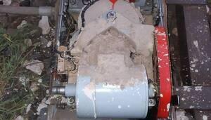 Una imatge d'un dels motors, amb ciment per sobre.