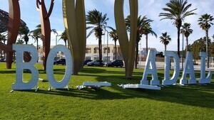 El cartell està situat a peus de l'escultura de Mariscal