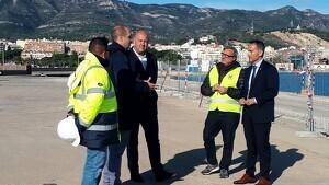 El gerent de Ports, Joan Pere Gómez, i l'alcalde de Sant Carles de la Ràpita, Josep Caparrós, durant la visita al moll comercial del port