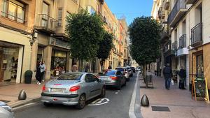 El Raval de Santa Anna de Reus aplega un constant moviment de vehicles al centre de la ciutat