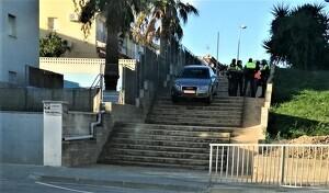 Els fets van tenir lloc aquesta matinada a la urbanització la Dorada i el cotxe es podia veure aquest matí a les escales.
