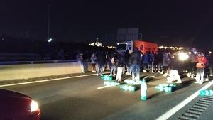 Els manifestants, tallant l'autovia A-27