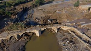 Imatge aèria del Pont Vell de Montblanc, amb la llera del riu plena d'arbres i de fang