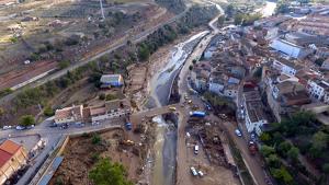 Imatge aèria d'un dels ponts de l'Espluga de Francolí, maquinària i les restes de la llevantada