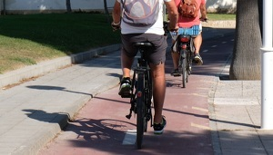 Imatge d'arxiu de dos bicicletes circulant per Cambrils.