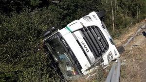 Imatge d'arxiu. Un camió surt de la via a la carretera C-12 a Flix.