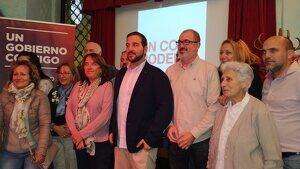 Ismael Cortés, al centre, amb els membres de la candidatura d'En Comú Podem per Tarragona durant la nit electoral.