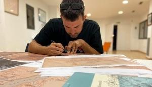 Jaume Casañas, amb els mapes de la zona i el llibre de Gaziel.