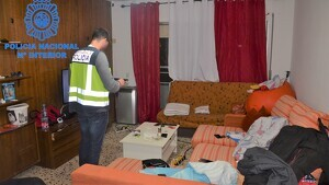La policia espanyola durant el desmantellament d'uns pisos a Calafell on s'hi explotaven sexualment dones de nacionalitat brasilera