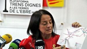 La portaveu de Trens Dignes, Montse Castellà, mostra sobre un mapa la presumpta nova circulació dels trens de l'Ebre