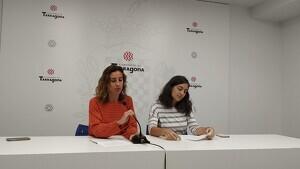 Laia Estrada i Eva Miguel, aquest dimarts, durant la roda de premsa per reclamar a l'equip de govern la negociació dels comptes.