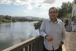 L'alcalde de Móra d'Ebre, Joan Piñol, al balcó del riu Ebre