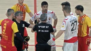 Lodi i Reus Deportiu conversen amb l'àrbitre en els minuts inicials del matx