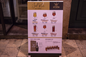 Maridatge de cerveses a la presentació del Solric Alta Taverna i Tap Station San Miguel a Tarragona