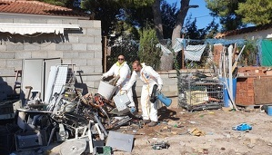 Operaris fent la neteja dels residus acumulats a la finca de Costa Cunit.