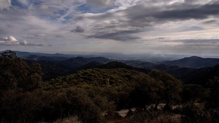 Imatge general de les muntanyes del Baix Camp des de l'ermita de Puigcerver, a Alforja