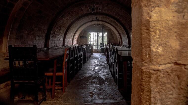 Imatge de la zona de menjador de l'ermita de Puigcerver, a Alforja