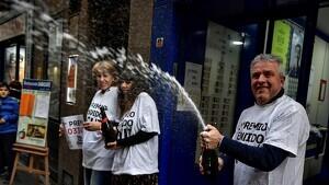 Imatge d'un grup de persones celebrant el 'Gordo' de la Loteria de Nadal