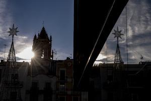El Sol travessa els finestrals del campanar de la Prioral de Reus