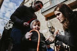 Els nens i nenes de Montblanc fan cagar el Tió!