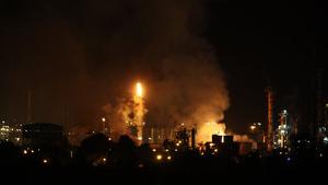 Plano general del incendio en la indústria química que ha explotado en la Canonja este martes 14 de enero