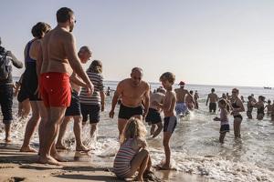 La tradició del primer bany de l'any a Torredembarra, en imatges!