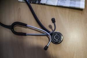 Pla detall d'un aparell mèdic per oscultar els pacients