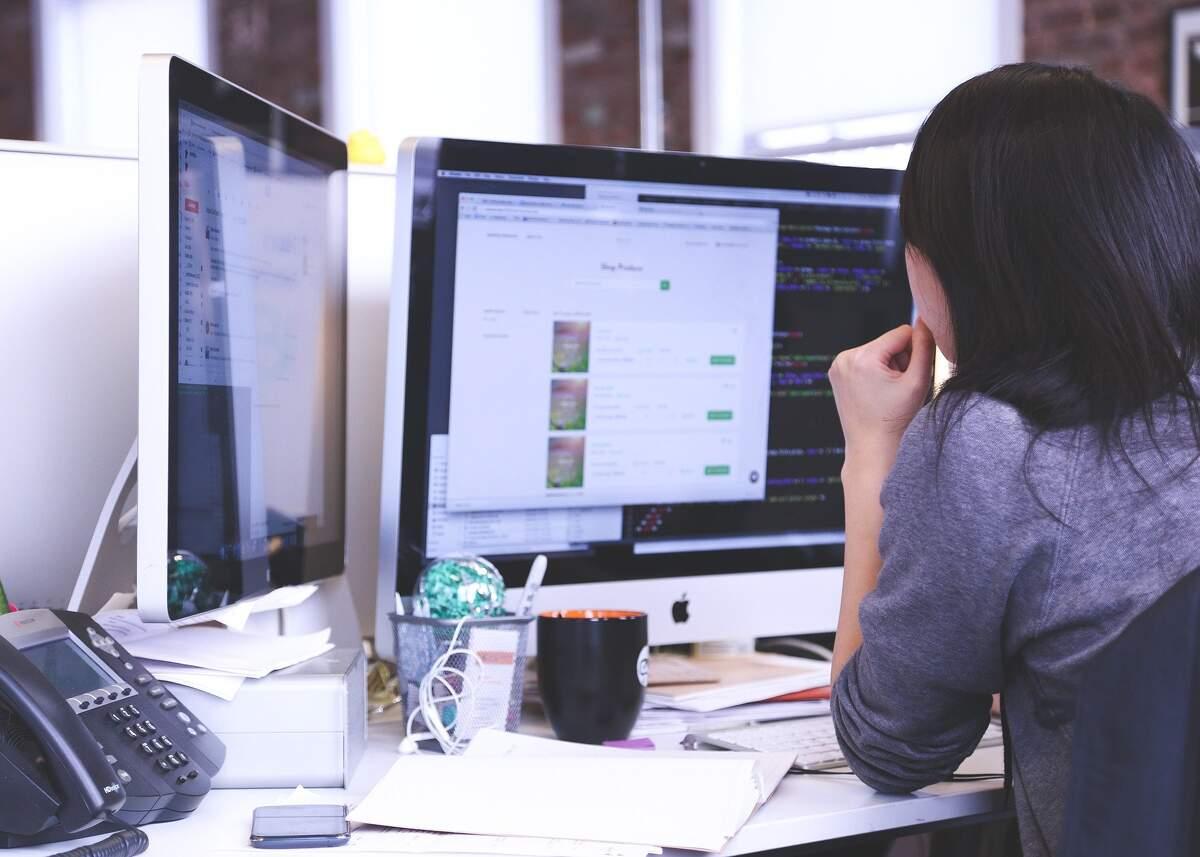 Imatge d'una noia treballant amb l'ordinador