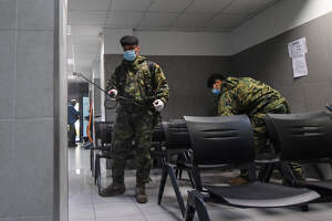 L'Exèrcit espanyol desinfecta la comissaria de la Policia Nacional de Reus