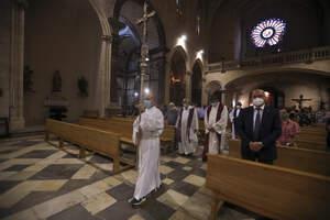 La cerimònia a l'església Prioral de Sant Pere de Reus en memòria dels difunts de la covid-19
