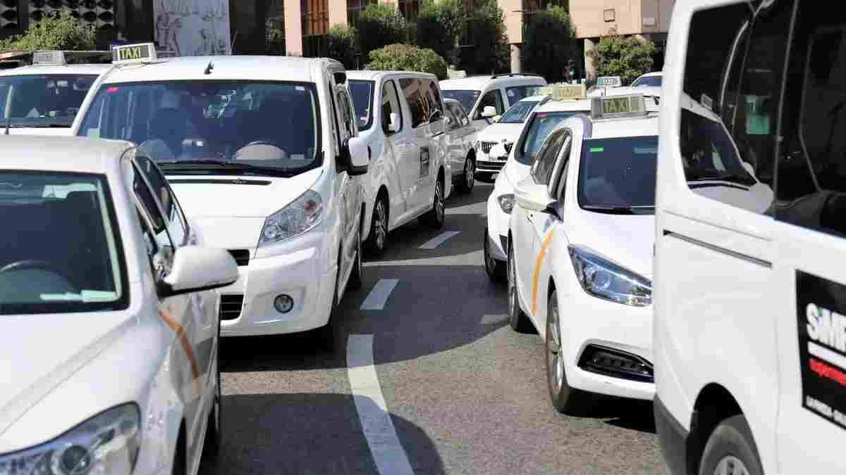 Imatge d'arxiu de taxis al centre de Tarragona