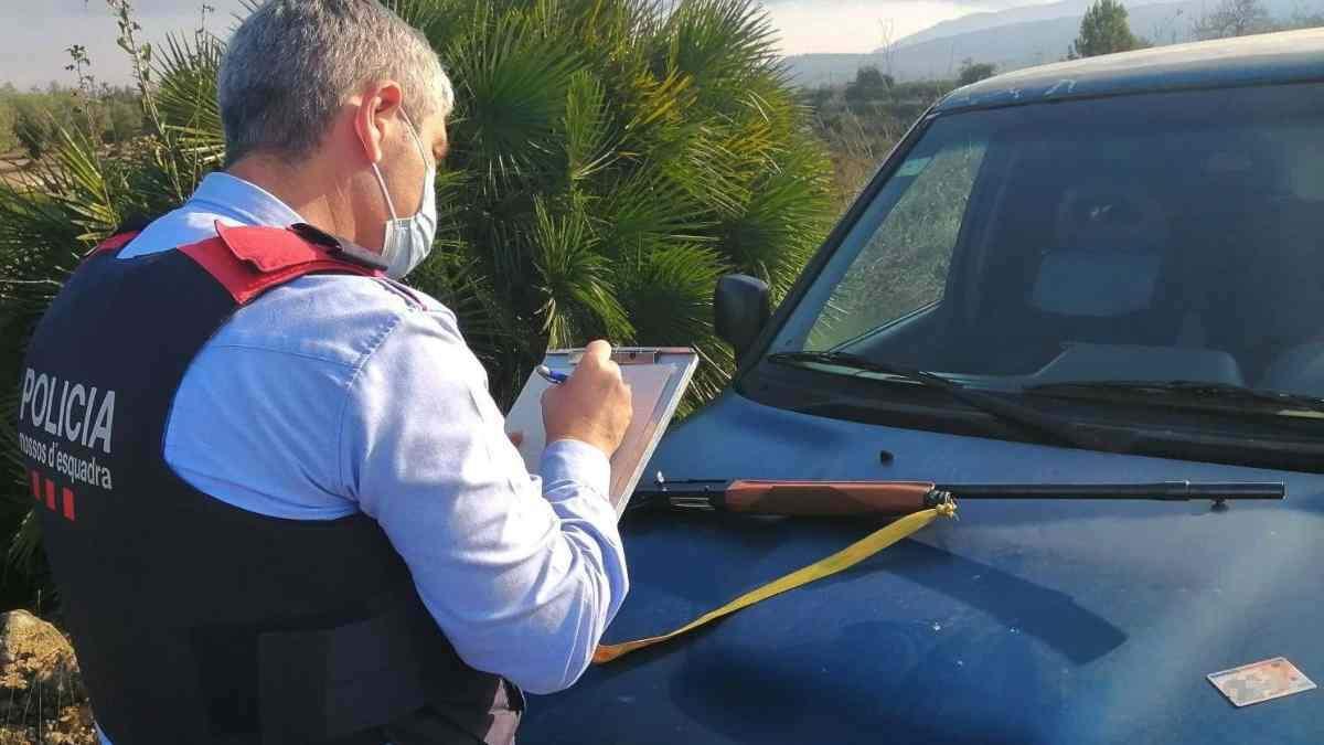 Pla tancat d'un mosso tramitant una denúncia contra un caçador que havia consumit cocaïna mentre anava armat amb una escopeta a la Galera (Montsià)