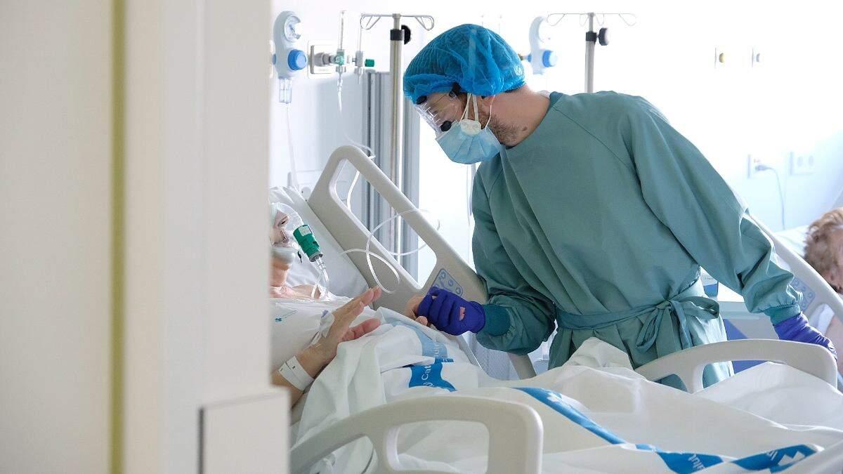 Un professional sanitari atén un pacient al nou espai polivalent de l'Hospital de Bellvitge