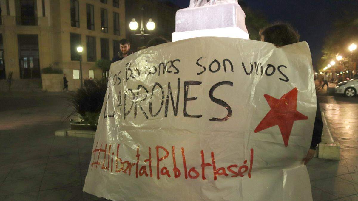 Pla mitjà d'una de les pancartes exhibides en contra dels Borbons a la concentració de Tarragona per reclamar l'alliberament de Pablo Hasel