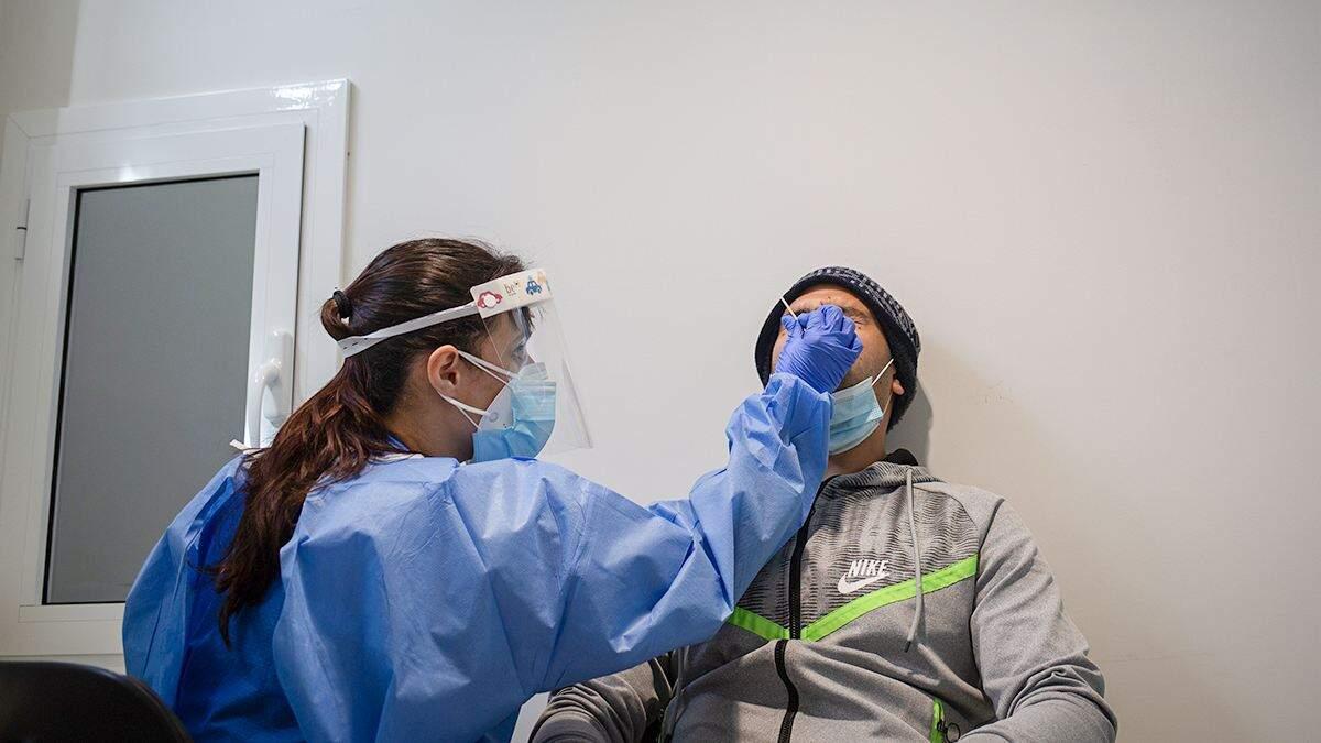Imatge d'un home sometent-se a una prova PCR en un hospital de Barcelona