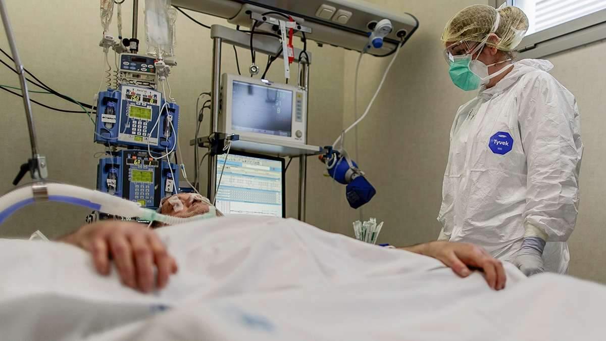 Imatge d'un professional sanitari atenent un pacient crític amb coronavirus en un hospital madrileny