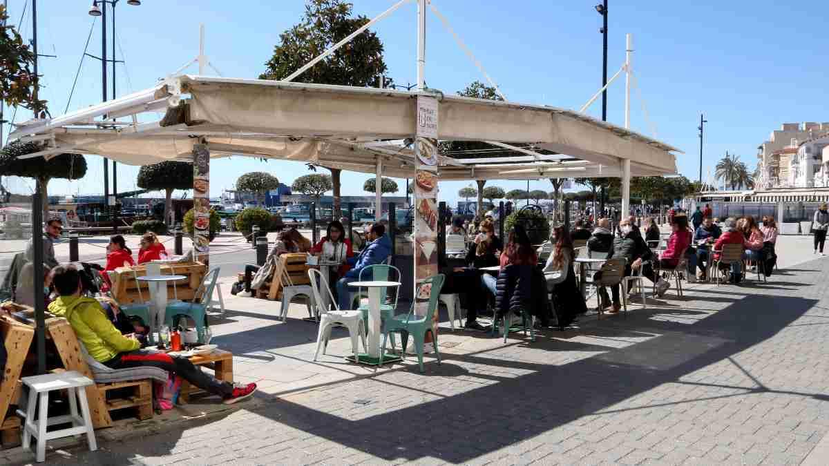 Pla general de persones assegudes a les terrasses dels bars del passeig marítim de Cambrils