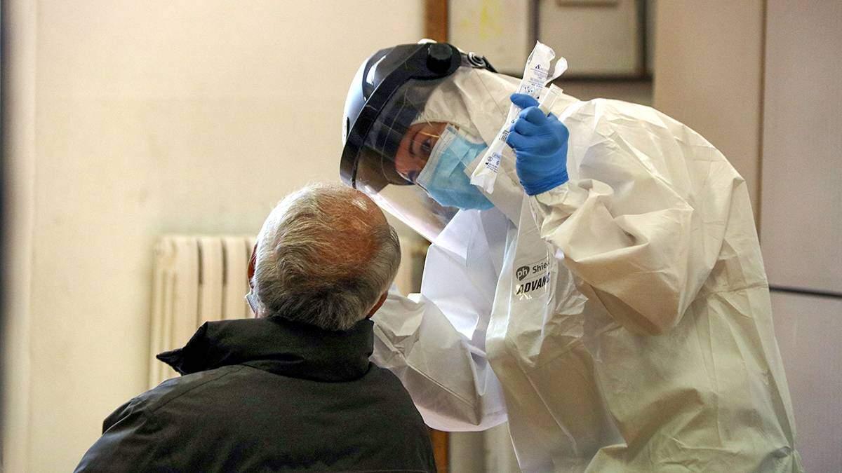 Imatge d'un professional sanitari fent una prova PCR a un home durant el cribratge massiu a Bonavista