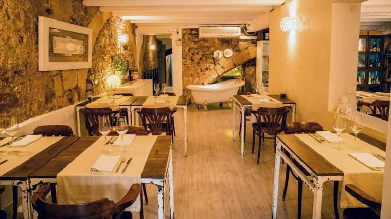 Imatge del menjador del restaurant Degvsta de la Part Alta, que tancarà el pròxim mes de maig