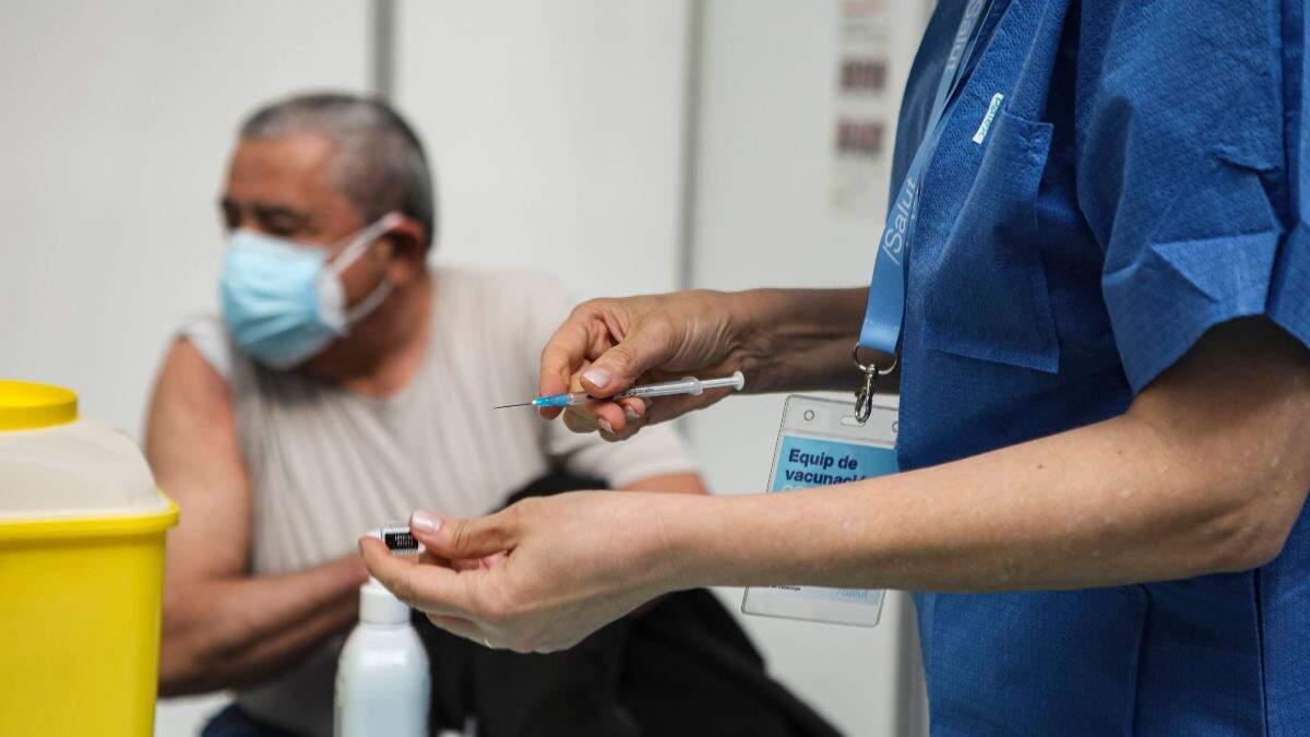 Imatge d'una professional sanitària preparant una dosi de la vacuna contra la Covid-19 per administrar-la a un ciutadà