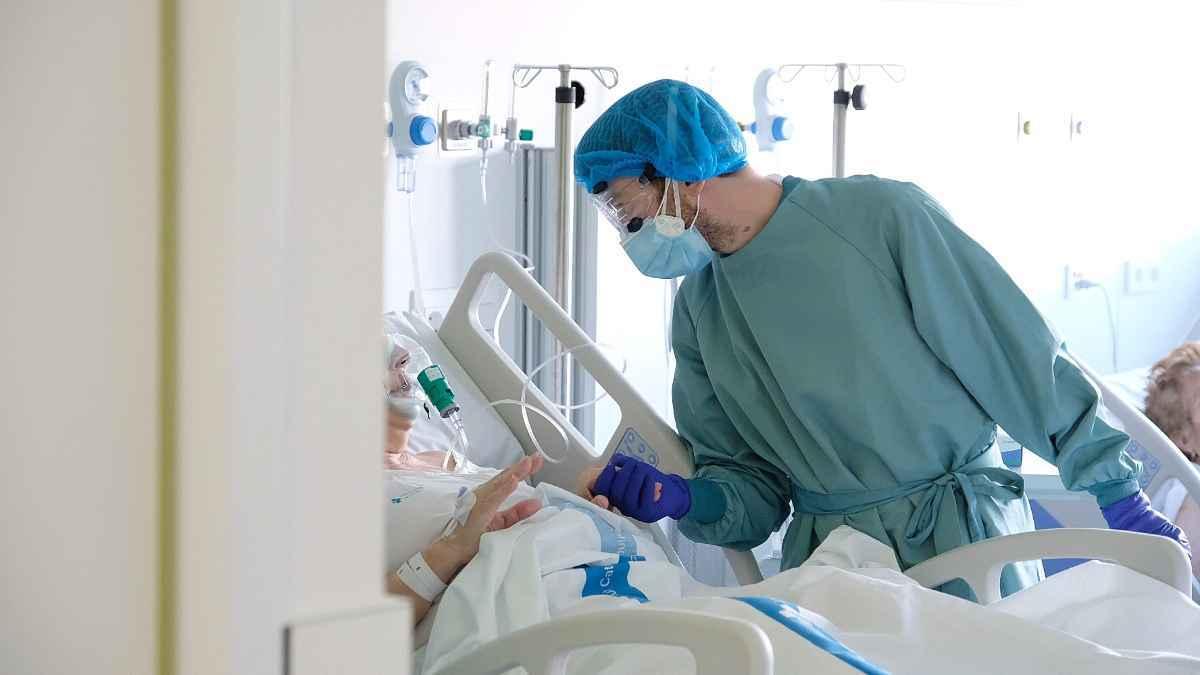 Un professional sanitari atén un pacient al nou espai polivalent de l'Hospital de Bellvitge el 26 de gener del 2021