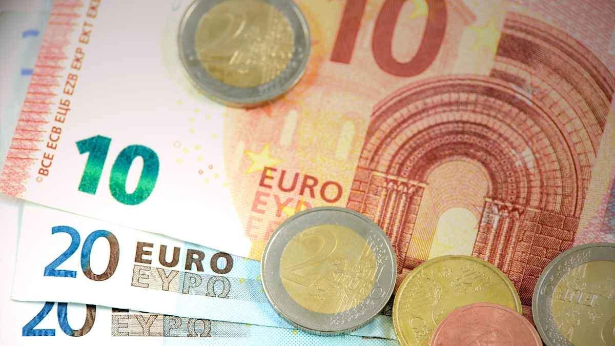 Imatge d'arxiu de monedes i bitllets d'euro