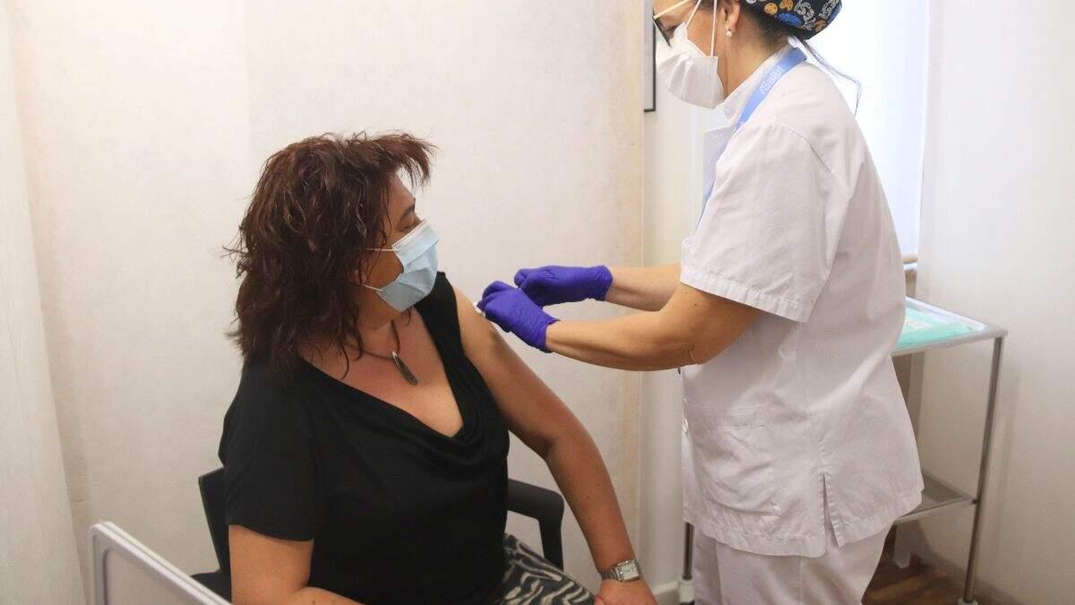 Pla mitjà d'una dona que rep una vacuna de Pfizer al punt de vacunació de Reus