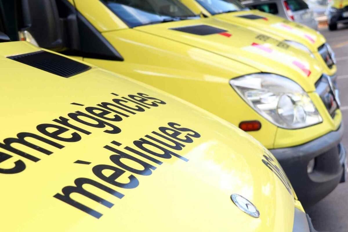 Diverses ambulàncies del SEM aparcades en bateria
